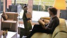 """De zorgrobot of grandma's little helper Zorgrobots voor ouderen zijn in opkomst. """"Eerst vond ik het eng zo'n robot. Maar nu ik hem thuis heb gehad, begrijp ik hem en ben ik er blij mee', vertelt een 80 jarige dame uit Heerlen."""