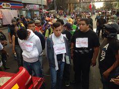 MÉXICO, D.F. (proceso.com.mx).- Durante la marcha que realizan maestros de la Coordinadora Nacional de Trabajadores de la Educación (CNTE) sobre el Paseo de la Reforma, 12 personas –nueve hombres y...