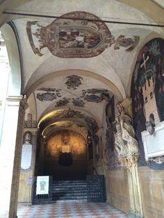 Bologna, portico del chiostro  dell' Archiginnasio, verso l'Aula Anatomica foto di Angela Berti da @Succede solo a Bologna