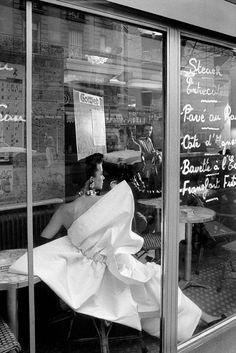"""maliciousglamour: """" Paris Bistrot L'Officiel 1989 Photographer: Franck Horvat Balmain, Spring 1989 """" Black White Photos, Black And White Photography, Lanvin, Old Photos, Vintage Photos, Vintage Beauty, Vintage Fashion, Vintage Style, Frank Horvat"""