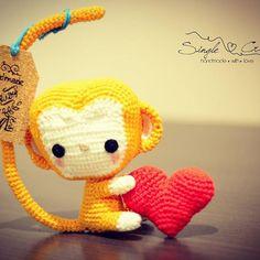 2016 é o ano do Macaco no horóscopo chinês e esse macaquinho é tão lindo!!! 🐵🐒 Ainda mais segurando esse coraçãozinho 😍❤ Vamos encomendar o seu?! 😉 Esse já está na casa da @resende.dani 😊Design by @allaboutami #isasinglecrochet #amigurumi #monkey #yearofthemonkey