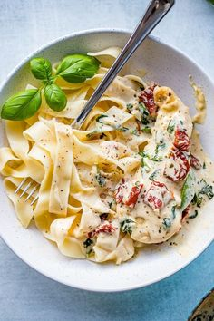 Close-up of a bowl filled with fettuccine and creamy Tuscan chicken with sauce, spinach, and sun-dried tomatoes. recipes healthy chicken Creamy Tuscan Chicken With Spinach and Sun-Dried Tomatoes Healthy Chicken, Chicken Recipes, Fried Chicken, Shrimp Recipes, Vegetarian Chicken, Vegetarian Diets, Butter Chicken, Fish Recipes, Medeteranian Recipes