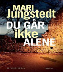 """Du går ikke alene er den 11´te bog i """"Gotlandserien"""" af kriminalforfatterinde Mari Jungstedt. I denne bog skal der opklares et drab og en kidnapning af en lille pige ved navn Andres. Men er morderen mon den samme som kidnapperen af den lille 2 årige pige? Klik på forsidefotoet og læs mere om denne bog, der udkommer 1. juli 2016."""