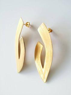 Handgemaakte, mat gouden oorringen door athjewelry op Etsy https://www.etsy.com/nl/listing/223217978/handgemaakte-mat-gouden-oorringen