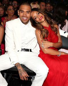 Chris y Rihanna, cariñosos en los Grammy