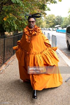 Billy Porter attends 'Roksanda S/S fashion show during London Fashion Week September 2019 London on September 2019 in London, England. Men Wearing Dresses, Roksanda, Style Icons, Red Carpet, Spice, Fashion Show, Gay, Autumn, London