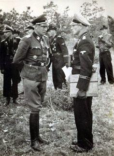 """1944, France, Le """"SS-Brigadeführer und Generalmajor der Waffen-SS"""" Heinz Lammerding s'entretien avec le """"SS-Obersturmbannführer"""" de la SS Panzer Division """"Das Reich"""" peu de temps avant le Jour J"""