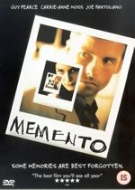 """Memento directed by Christopher Nolan, starring Guy Pearce, Carrie-Anne Moss and Joe Pantoliano. """"A man, suffering from short-term memory loss, uses notes and tattoos to hunt for the man he thinks killed his wife. Christopher Nolan, Chris Nolan, Streaming Vf, Streaming Movies, Tv Series Online, Movies Online, Deadpool, Movie Posters, Posters"""