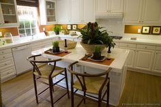 Traditional White Kitchen Cabinets #16 (Kitchen-Design-Ideas.org)