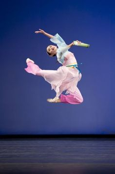 Angelia Wang began the focused study of dance at the age of eleven, and went on to study at Fei Tian Academy of the Arts. She has since performed with Shen Yun Performing Arts on its global tour and in its Holiday Wonders production. In 2008, Ms. Wang was awarded the bronze medal in her division at NTD's Chinese Classical Dance Competition, and in 2009 and 2010 won the event's gold medal.