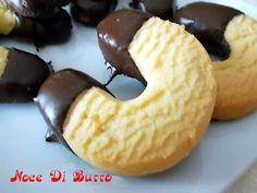 Biscotti a forma di ferro di cavallo, ricetta veloce Noce Di Burro Che ne dite di questi bei biscotti a forma di ferro di cavallo???Io li adoro perchè sono davvero buoni, un pò burrosi si ma comunque buoni…di solito li servo alle mie amiche quando vengono a prendere il caffè…spero che vi piacciano… Buon Appetito…