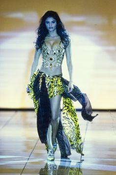 Versace Spring 1992 Ready-to-Wear Fashion Show Collection 90s Fashion, Runway Fashion, Fashion Beauty, Vintage Fashion, Fashion Outfits, Stylish Outfits, Fashion Models, Style Fashion, Clubbing Outfits