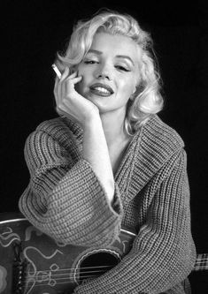 """Reproduction """"Marilyn Monroe - Guitar"""", Poster, Vintage Print, Colour, Home Wall Art Style Marilyn Monroe, Marilyn Monroe Kunst, Marilyn Monroe Wallpaper, Marilyn Monroe Portrait, Marilyn Monroe Poster, Marilyn Monroe Photos, Young Marilyn Monroe, Marilyn Monroe Smoking, Hollywood Glamour"""