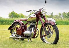 Vintage Motorcycles Classic Iron Curtain Artistry: 1954 JAWA 250 Perak - More Classic Motorcycles… Más - Beautifully restored, this JAWA 250 Perak might be one of the nicest post-war Czechoslovakian motorcycles. Vintage Trends, Vintage Diy, Vintage Cars, Vintage Ideas, Motorcycle Companies, Motorcycle Manufacturers, Womens Motorcycle Helmets, Motorcycle Girls, Antique Motorcycles