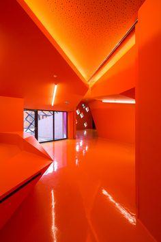 Cultural Center in Mulhouse by architect Paul Le Quernec - - Orange Rainbow Aesthetic, Orange Aesthetic, Aesthetic Colors, Orange Tapete, Murs Oranges, Orange Wallpaper, Orange Walls, Cultural Center, Happy Colors