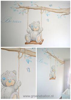 Me to you beertje op schommel aan tak | muurschildering | babykamer | kinderkamer | www.groeneballon.nl | Den Haag