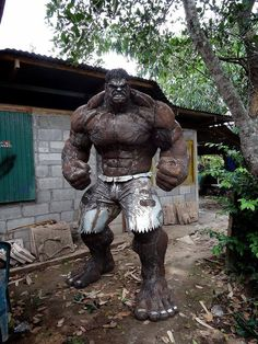 Immortalize the undisputed muscle of the Avengers in your own yard with the scrap metal Hulk statue. This monstrous statue stands tall and depicts the Hulk in all his glory – so any weaklings who cross his path can awe at his godlike physique. Arte Pop, Comic Books Art, Comic Art, Hulk Comic, Arte Do Hulk, Art En Acier, Steampunk Accessoires, Grandeur Nature, Hulk Art
