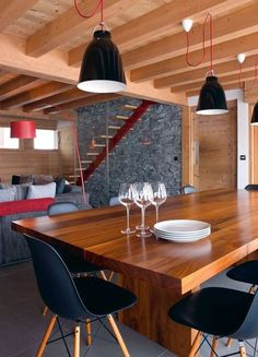 Very modern dining room with apparent wooden cross beams