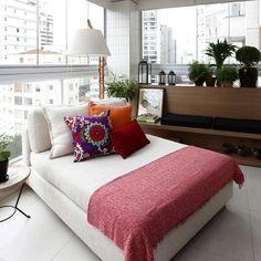 Adoro ambientes com cara de aconchego. Nessa varanda que foi incorporada ao estar uma chaise cheia de almofadas coloridas e uma luminária de chão ao lado é um convite para a leitura acompanhada de um bom vinho. Projeto Duda Senna