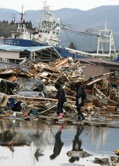 行方不明の両親を捜して被災地を歩く人(宮城県気仙沼市) Japan Earthquake, Fukushima, Shipwreck, March, Nature, Naturaleza, Nature Illustration, Off Grid, Mac