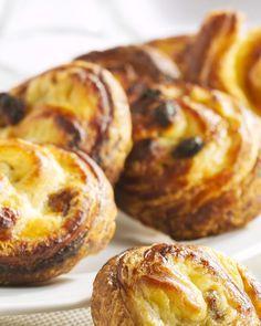 De lekkerste koffiekoeken, die maak je zelf! Vul je huis met de heerlijke geur van deze snelle versgebakken koffiekoekjes met rozijnen. Ideaal voor een zalige zondag! Dutch Recipes, Tart Recipes, Sweet Recipes, Portuguese Custard Tart Recipe, Yorkshire Pudding Recipes, Baking Bad, Belgian Food, Sweet Pastries, Bread Cake