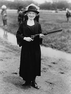 Annie Oakley with a gun Buffalo Bill gave her. Annie Oakley, born Phoebe Ann Mosey (August 1860 – November was an American sharpshooter and exhibition shooter. Oakley's amazing talent led to a starring role in Buffalo Bill's Wild West show. Annie Oakley, Old Photos, Old Pictures, Antique Photos, Famous Photos, Vintage Pictures, Into The West, By Any Means Necessary, Cowboys And Indians