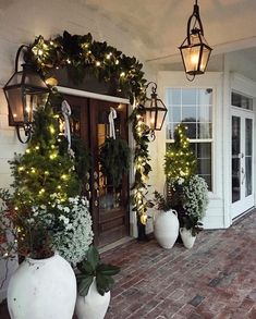 35 Stunning Diy Outdoor Decoration Ideas For Christmas That Looks Cool Front Door Christmas Decorations, Christmas Front Doors, Christmas Porch, Front Door Decor, Christmas Lights, Christmas Wreaths, Modern Christmas, Beautiful Christmas, Natural Christmas