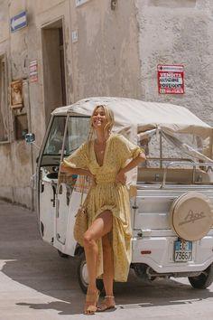 Tendências de Verão - tendências verão 2021 #modaverao #modaverao2021 #verao2021 #tendenciasdeverao #looksestilosos #looksverao #verao2021 #tendenciasverao2021 #tendencias2021 #moda2021 #looks2021 #lookscasuais #trajecasual #trajesdeveraofemininos #roupasestilosas Hippie Stil, Mode Hippie, Europe Fashion, Italy Fashion, Ski Fashion, Couture Fashion, Mode Renaissance, Outfit Chic, Travel Outfit Summer