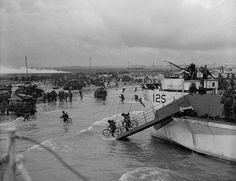 D-Day, Juno Beach - Personnel of the Canadian Infantry Brigade landing from LCI(L) 125 of the Canadian RN) Flotilla on 'Nan White' Beach on D-Day. D Day Normandy, Normandy Beach, Canadian Soldiers, Canadian Army, D Day Photos, Normandy Invasion, Juno Beach, Landing Craft, Iraq War