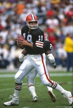 Quarterback Bernie Kosar of the Cleveland Brown TOP 1 league of legends player Cleveland Browns Football, Ohio State Football, National Football League, College Football, Football Stuff, Oklahoma Sooners, American Football League, Cleveland Rocks, Football Photos