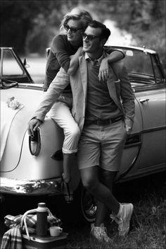Posando en coche antiguo