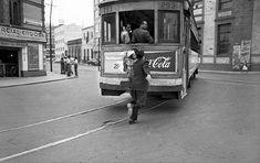 Tranvía cruzando la Col. San Rafael, en la zona centro de la Ciudad de México. Foto tomada probablemente en 1951.