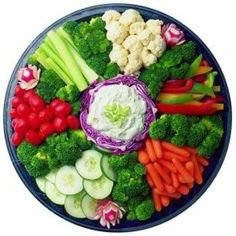 Like the way the veggies are arranged, to mimic the fruit tray Veggie Platters, Veggie Tray, Food Platters, Vegetable Trays, Vegetable Appetizers, Meat Platter, Fruit And Veg, Fruits And Veggies, Vegetables
