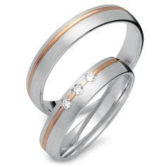 Trauringe Gold: Exklusive Eheringe aus 333er Rot- und Weissgold mit 3 Brillanten in 4mm Breite. Das Angebot bezieht sich auf beide Eheringe und beinhaltet eine kostenlose Innengravur sowie ein Gratis-Etui. Unsere Gold Eheringe sind bombiert (von Innen abgerundet) wodurch sie angenehm zu tragen sind. Die Ringe können auch als Verlobungsringe, Partnerringe oder Freundschaftsringe getragen werden. Bitte beachten Sie, dass diese Ringe speziell für Sie angefertigt werden und daher vom Umtausch…