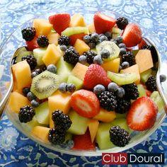 Que tal preparar uma saborosa e reforçada salada de frutas para o café da tarde?