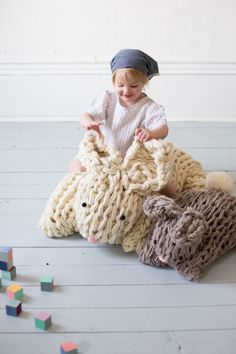 This giant knit bunny will have you giggling along with your child. Whimsical, large and ride-able, of course, this arm knit project is sure to please! Giant Knitting, Finger Knitting, Arm Knitting, Baby Knitting Patterns, Crochet Patterns, Knitting Ideas, Weaving Patterns, Knitted Stuffed Animals, Knitted Bunnies