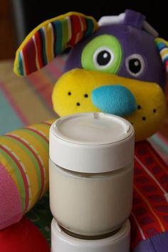 Depuis quelques mois, p'tit bonhomme a troqué ses biberons du midi et du goûter par des laitages pour bébé, qui sont à base de lait de croissance. A deux yaourts par jour, on est en train d&#…