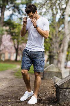 Visual básico de short masculino com camiseta branca. Ótima escolha.