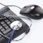 Russische hackers kraken elektronisch patiëntendossier  Russische hackers hebben zich toegang verschaft tot het elektronisch patiëntendossier van een Australische huisartsenpost. Alle gegevens zijn onleesbaar gemaakt door ze te versleutelen. De hackers willen de gegevens pas weer leesbaar maken als een 'losgeld' is betaald van 4000 dollar.  Dat bedrag past bij Russische hackers: die gaan voor veel overvallen en relatief kleine afkoopsommen om hun omzet te maximeren,