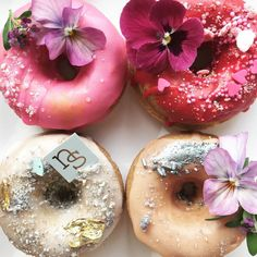I don't know why, but when I woke up this morning I was just craving donuts and now we're here. Check out 26 donut designs that are too cute to eat! Yummy Treats, Sweet Treats, Nectar And Stone, Cute Donuts, Delicious Donuts, Cupcakes, Baked Donuts, Edible Flowers, Wedding Desserts