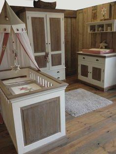 Deze mooie handgemaakte babykamer is slechts in een beperkte oplage gemaakt, aarzel niet om een kijkje te komen in onze winkel als dit de kamer is die u zoekt, het is een limited edition!