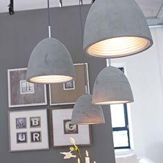 Beton- Deckenleuchte. Mit Details aus edel verchromtem Metall und dunkelgrauem Textilkabe