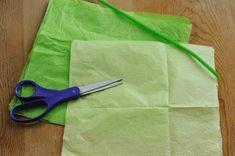 Les ingrédients de ce DIY  Des fils chenille Du papier de soie Des ciseaux La recette de ce DIY  1. Coupez votre papier de soie dans la longueur de votre choix selon la taille de fleur désirée. Ici nous utilisons 2 carrés de couleur vert pâle et 4 vertes plus foncées.