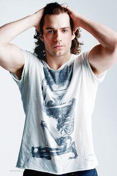 Con cabello largo, corto o de Superman. Este hombre es delicioso.