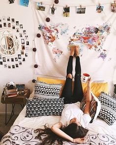 Hanging a tapestry is an easy way to decorate your dorm room on a budget! Hanging a tapestry is an easy way to decorate your dorm room on a budget! The post Hanging a tapestry is an easy way to decorate your dorm room on a budget! appeared first on House. Dream Rooms, Dream Bedroom, Girls Bedroom, Bedrooms, Uni Room, Room Goals, Decoration Design, Home And Deco, Dorm Decorations