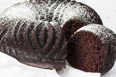 La ciambella al cioccolato e cocco è un dolce soffice, morbido e che racchiude un binomio amatissimo in pasticceria. Ecco la ricetta