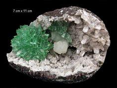 Fleur d'Apophyllite verte dans géode d'Inde (pièce de Gargoti Mineral India)