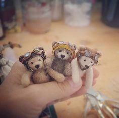 #miniature#teddybear#bear#steampunk#needlefelting#ミニチュア#くま#ゴーグル#羊毛フェルト  ゴーグル熊五郎です。ゴーグル3つ作るのにまる一日でもクソかわいい