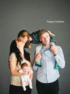 The 20 Cutest Holiday Family Photos Ever that baby though. It's your baby's first holiday season, you must document every second of it! Get inspired with these 20 festive framers. Photo Bb, Jolie Photo, Cute Family, Baby Family, Family Pics, Pregnancy Family Photos, Family Photo Sessions, Family Posing, Studio Posen
