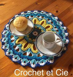 Centre de table mandala au crochet - Un grand marché Mandala Au Crochet, Beaded Crochet, Placemat, Center Table, Projects